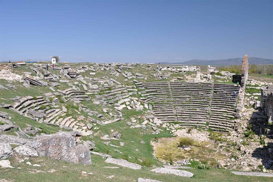 MS. 200 yıllarından sonra inşa edilen 20.000 kişilik tiyatro kompleksi ve 13.500 kişilik stadyum 2 ana kapı ile birbirine bağlanmıştır.