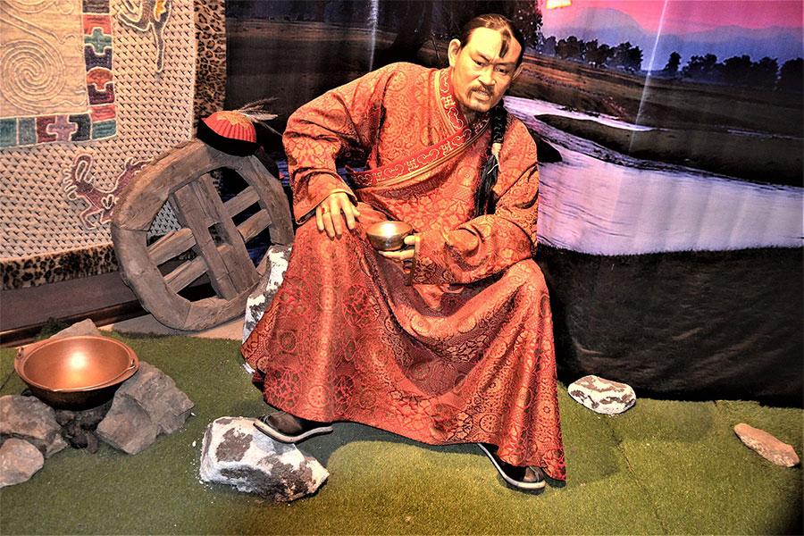 Cengiz Han, Moğol kabilelerini bir çatı altında toplayarak, en büyük destekçisi ve çocukluk arkadaşı Camoka'yı ve babasının düşmanlarını kılıçtan geçirdi.