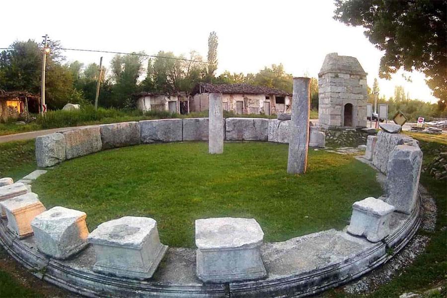 Macellum, 1970 yılında Gediz depreminden sonra, Çavdarhisar camisi yıkılmış ve yapılan kazı çalışmaları sonucunda Macellum (Borsa Yapısı) ortaya çıkmıştır.