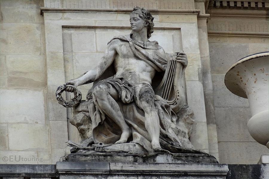Apollon müziğe, sanat ve şiire ilgisiyle biliniyor. Aynı zamanda kehanet tanrısı olarak da kabul ediliyor.