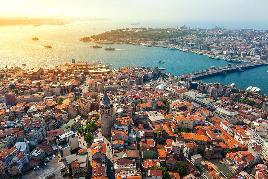 """İstanbul, 330 yılında I. Konstantin tarafından """"Yeni Roma"""" adıyla yeniden kuruldu. I. Konstantin ismini şehre bahşederek Konstantinopolis olarak değiştirdi."""