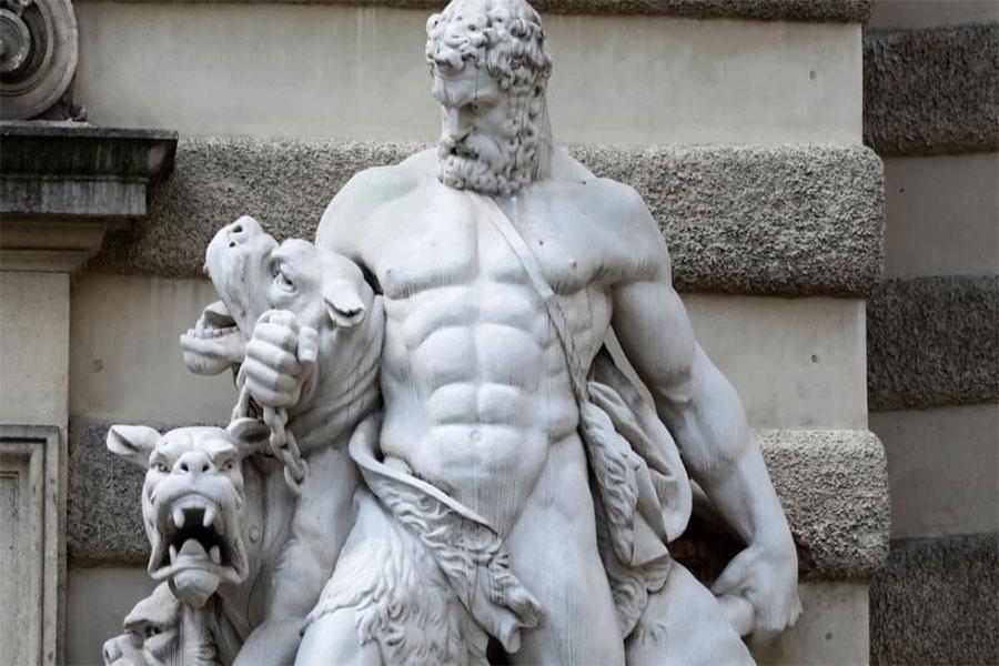 Hades mitolojide gaddar ve insafsız olarak bilinir, ancak diğer tanrıların aksine gösterişten uzaktır.
