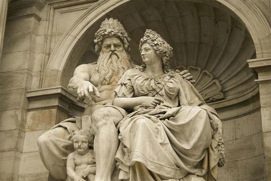Hera, Zeus'un karısı ve aynı zamanda kız kardeşidir.