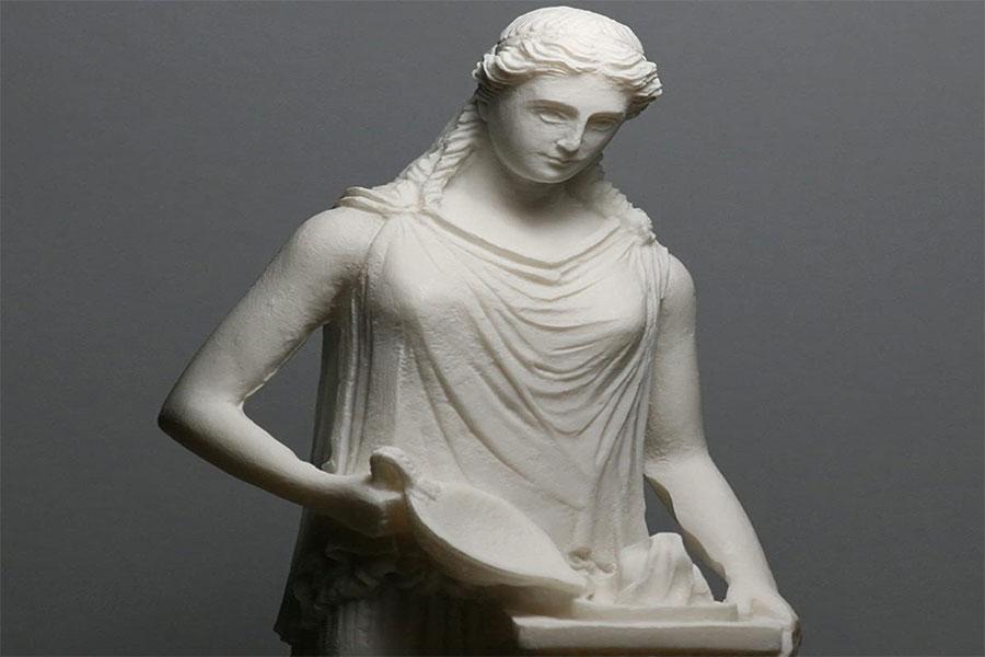 Kronos'un en büyük çocuğu olduğu bilinen Hestia Aile Tanrıçası olarak kabul edilir.
