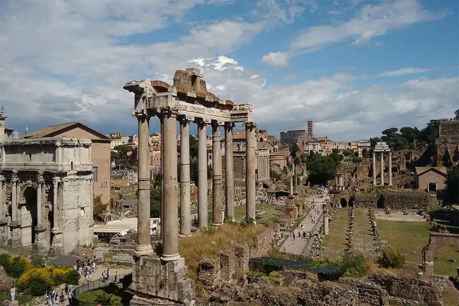 Augustus birden fazla tapınak, yeni bir forum, hamam ve tiyatro yapımını teşvik etti.