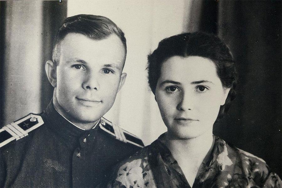 1957'de, Sovyet Hava Kuvvetleri Harp okulundan mezun oldu ve savaş pilotu olarak görev yapmaya başladı. Aynı yıl, karısı Valentina ile evlendi. İki kızları oldu.