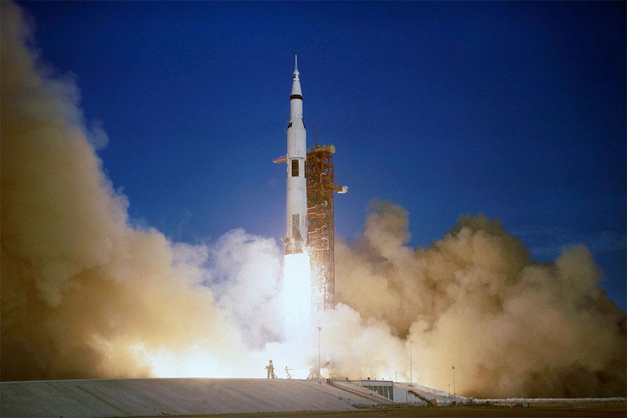 21 Aralık 1968'de, aya ilk insanlı görev olan Apollo 8, Florida'daki günümüz Cape Canaveral'dan fırlatıldı.