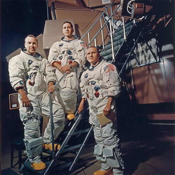 Apollo 8, 3 Mürettebatı ile Ay'a bu bu denli yaklaşan ilk insan oldular
