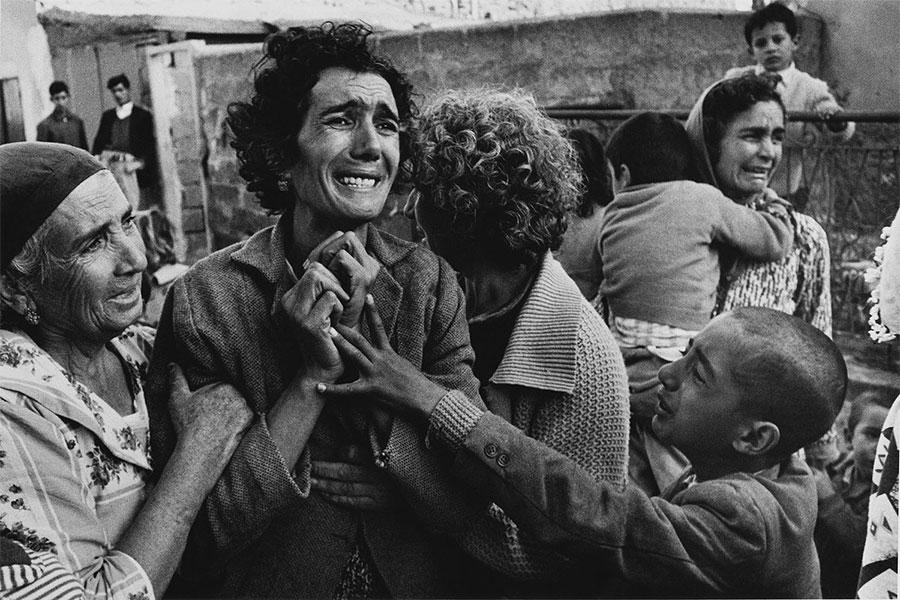 Ayrıca kanlı olaylar, Kıbrıs'ın yalnızca yüzde 3'ünü oluşturan bir bölgeye sığınmak zorunda kalan 30.000 Türk'ü yerlerinden etti.