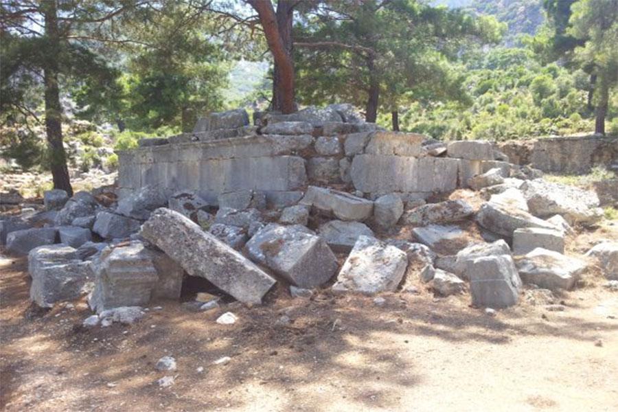 Birkaç tapınağın kalıntıları görülebilir. Pınara bir zamanlar Apollon, Athena ve Afrodit'e adanmış bir dini merkezdi.