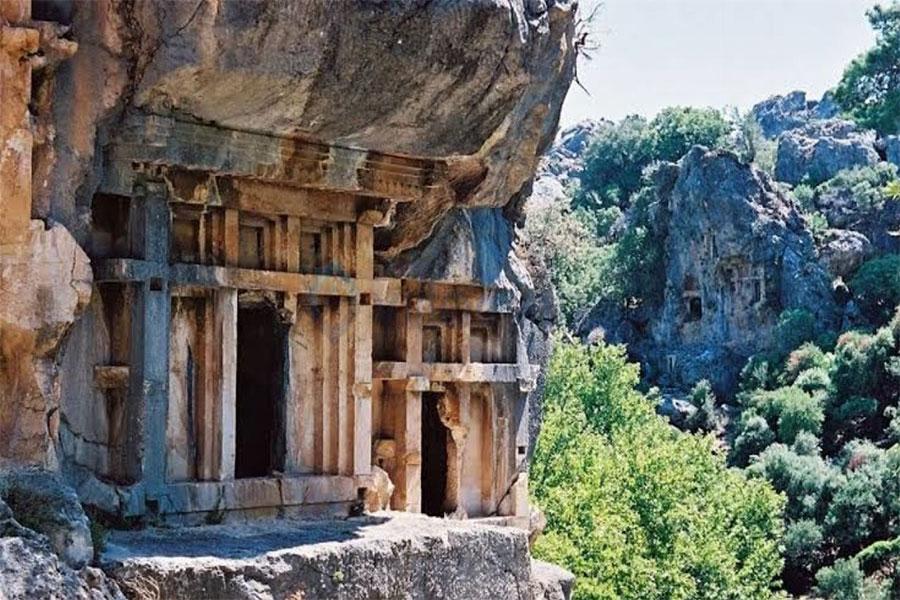 Kokulu çamlardan oluşan el değmemiş bir yer, Pınara Antik Kenti